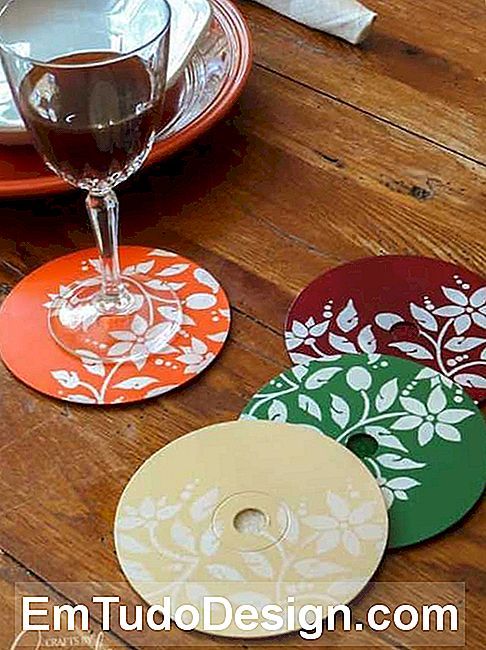 Coasters criativos com CDs antigos: decoupage, from craftsbyamanda.com